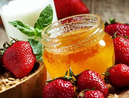 Мед и клубника